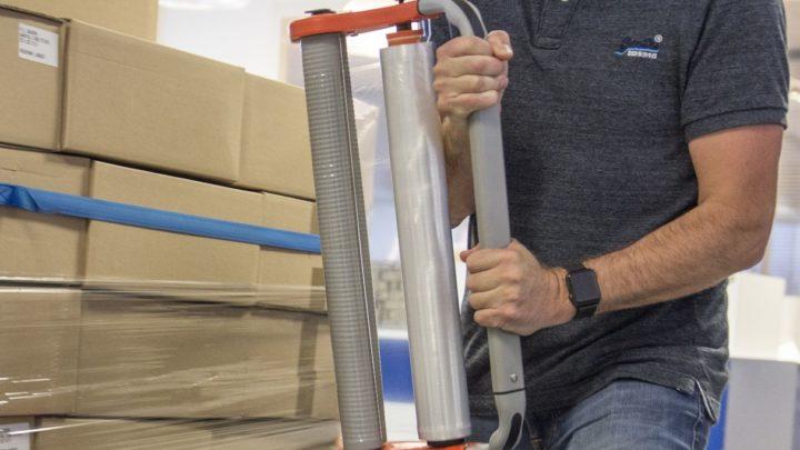 Mit dem Handstretchgerät Cleverwrap kann man Ladung für den Transport mit Stretchfolie sichern.