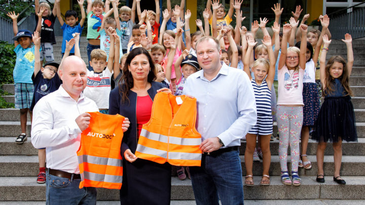 AUTODOC übergibt Warnwesten an Berliner Senatorin Sandra Scheeres