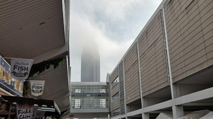 IAA 2019: Messeturm im Nebel
